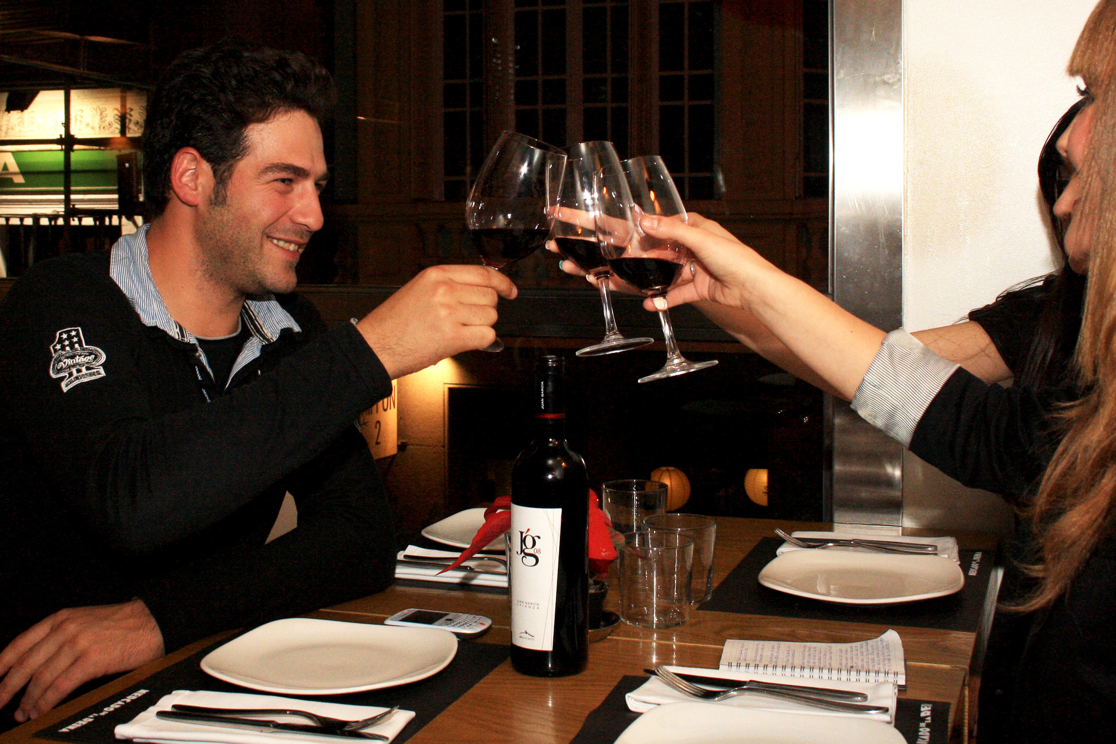 Juan García, Mister Mundo 2007, presenta su vino a Vidaaustera.com